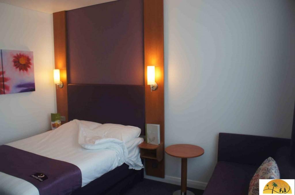 Een grote hotelkamer met voldoende ruimte voor babybed.