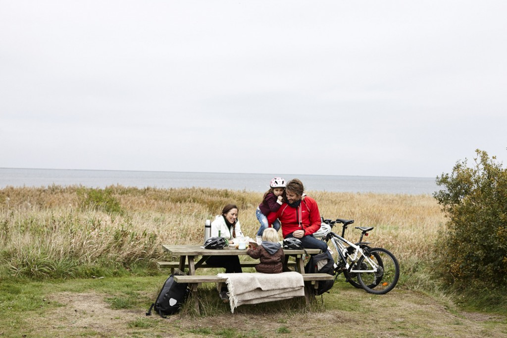 Family-at-table--bench,-Ringkøbing-Fjord_Medium_3