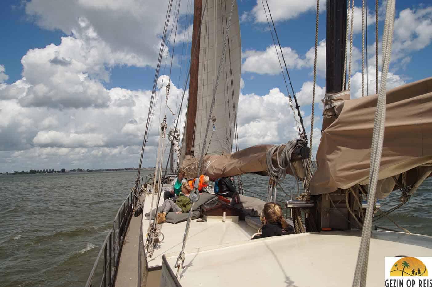 boot met kinderen varen marken volendam