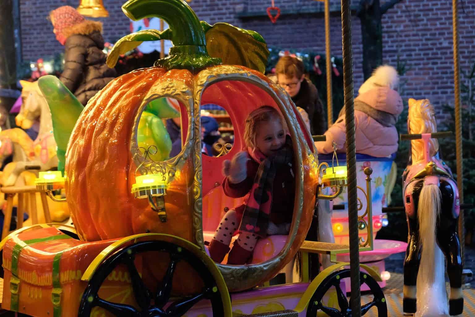 Munster kerstmarkt met kinderen draaimolen stadhuis