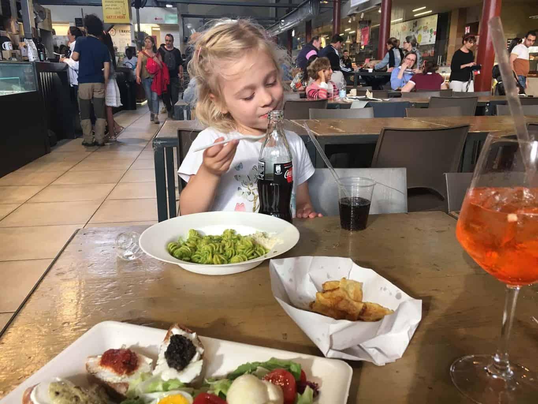 florence met kinderen foodcourt