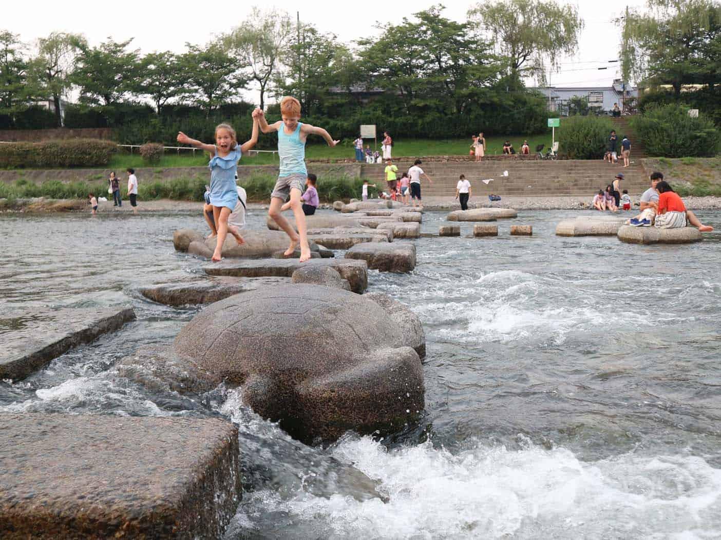 Spelen bij de Kamogawa rivier