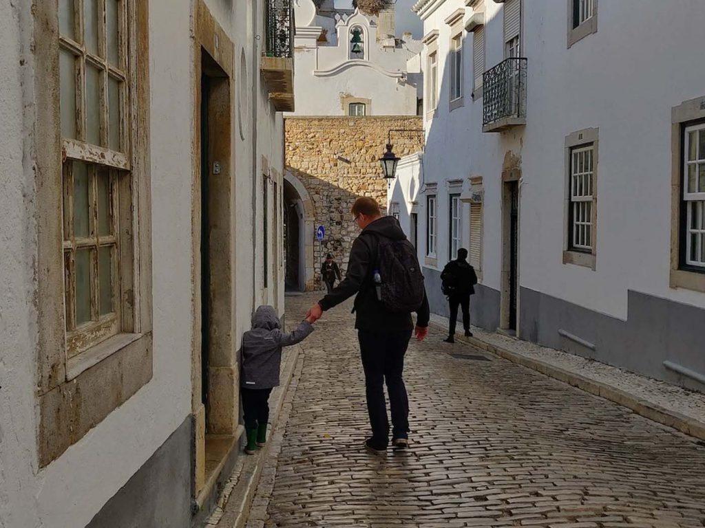 Faro met kinderen oude stad