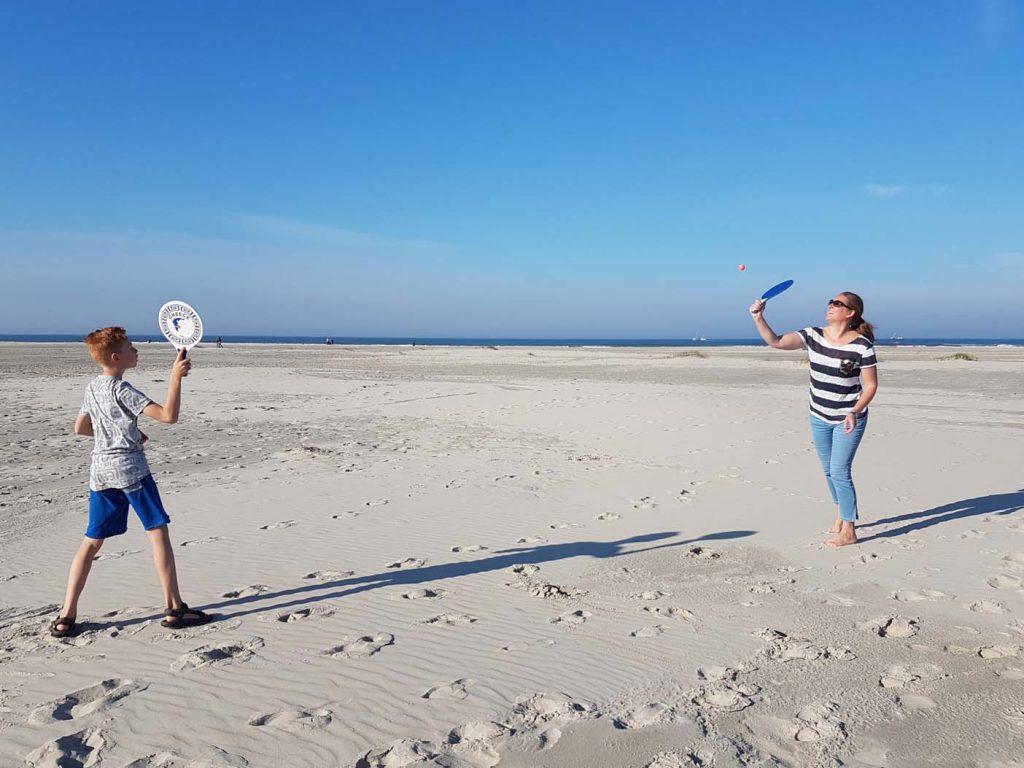 terschelling met kinderen strand spelen