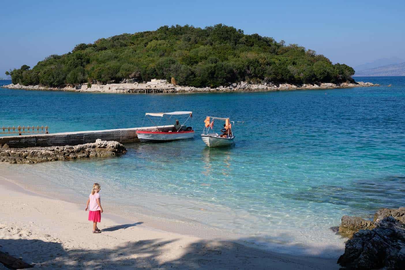 Albanie met kinderen kust